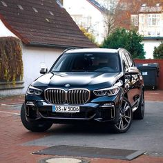 Posing for the picture :p 2019 BMW 😍 Thoughts? Posing f Bmw Suv, Bmw Cars, Luxury Car Brands, Top Luxury Cars, Audi, Porsche, Bmw X5 M Sport, Vw Touareg, Bmw Classic