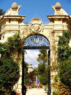 Puertas de hierro forjado adornadas conducen al segundo jardín menos formal - Palazzo Parisio, Naxxar, Malta.  Fotos: Horn