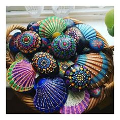 Trying out some painted shells 🐚Arts And Crafts Activities Info: photo description available. Seashell Painting, Dot Art Painting, Seashell Art, Seashell Crafts, Painting On Shells, Crafts With Seashells, Seashell Ornaments, Sea Crafts, Rock Crafts