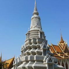Estupa con decoración típica Khmer en el palacio real en Phnom Phen.