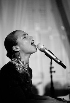 Alicia Keys performed at The MET Costume Institute Gala after party. sang it girl. Music Icon, Soul Music, Music Is Life, Kinds Of Music, My Music, Alicia Keys, Divas, R&b Artists, Music Artists
