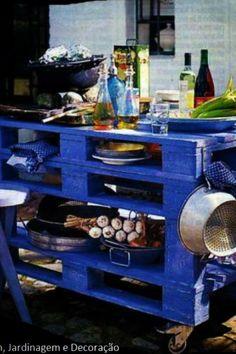 Pallet kitchen on wheels
