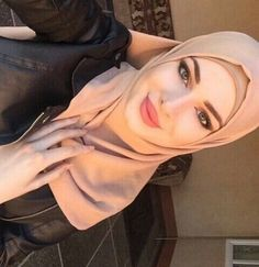 Discovered by Ghadear. Find images and videos on We Heart It - the app to get lost in what you love. Beautiful Hijab Girl, Beautiful Muslim Women, Hijabi Girl, Girl Hijab, Arab Girls, Muslim Girls, Hijab Dress, Hijab Outfit, Muslim Women Fashion