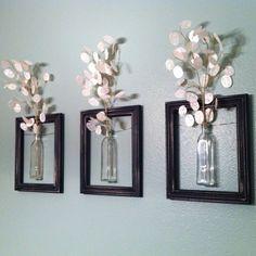 Képkeretbe állított üvegek fabrikált virágokkal nemcsak lányos szobákba!