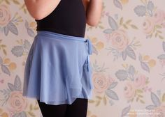 If you ever dreamed to sew dance wear like me and didn't know where to start, this Easy Ballet Wrap Skirt Tutorial is for you! Wrap Skirt Tutorial, Ballet Wrap Skirt, Toddler Dance, Ballet Clothes, Toddler Ballet Outfit, Dress Tutorials, Sewing Tutorials, Dance Outfits, Ballet Outfits