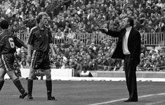 El futbolista Jordi Cruyff atiende las explicaciones de su padre y entrenador del F.C. Barcelona, Johan Cruyff, en 1995.