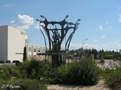 Sculpture dans un rond-point sur la route de Carpentras