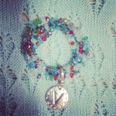 Bracciale coon ciondolo e perle colorate