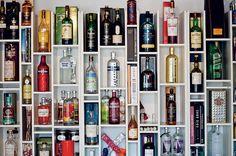 Uma estante com nichos de diversos tamanhos, inspirada em uma biblioteca de Nova York, guarda a coleção de bebidas do empresário Geraldo Mat...