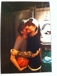 Twitter / EXO_GLEE: BWCW 디오 옆엔..레이? ... /// why am I laughing so much rn, I think its poor D.O's Derp awkward face or the hug - lay seems to be laughing too LOOOOOL