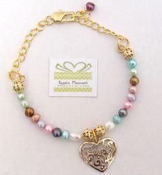 Linda pulsera de perlas de río de colores con dije corazón calado bañado en oro $ 14