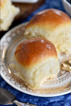 fluffy, buttery dinner rolls are impossible to resist. Homemade with just a handful of simple ingredients, the BEST Dinner Rolls can you be on your table in a jiffy. These easy dinner rolls really are the perfect addition to any meal! // Mom On Timeout Best Dinner Roll Recipe, Dinner Rolls Recipe, Buttermilk Recipes, Buttermilk Ranch, Buttermilk Yeast Rolls Recipe, Fluffy Dinner Rolls, Homemade Dinner Rolls, Homemade Biscuits, Fries In The Oven