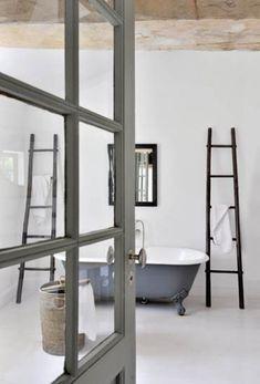 Łazienka urządzona bardzo minimalistycznie.