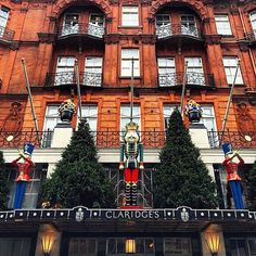 Claridge's looking so very festive, making me all excited for Christmas! ❄️