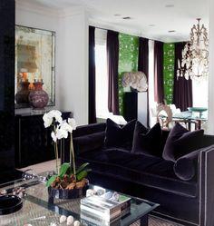 Amei esse sofá de veludo escuro. #sofa #velvet #sala #livingroom #room #living #Decoração #decoration #ornamentos #composição #detalhes #details #decor #adornment #ornament  #Casa #lar #home #house # maison