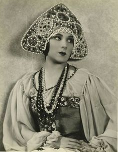 Dolores del Rio wearing a Russian costume with a kokoshnik. Marlene Dietrich, Film Dance, Russian Folk, Russian Style, Princess And The Pea, Russian Fashion, Folk Costume, Silent Film, Classic Hollywood
