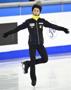 会場での公式練習で氷の感触を確かめた羽生。20歳を迎えた最初の試合で完全復活を目指す (共同)