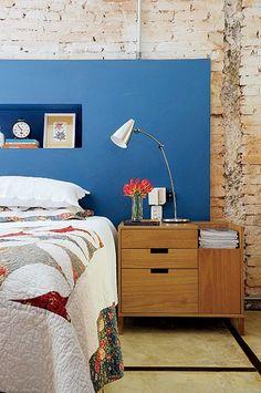A parede do quarto, numa casa da Vila Nova Concei��o, em S�o Paulo, apresentava manchas de umidade. Para solucionar o problema, as arquitetas Paula Quatrocchi e Paloma Siqueira deixaram os tijolos e a tubula��o aparentes