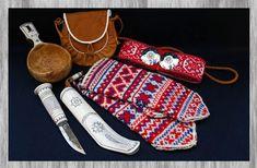 Tässä näkyy saamelaista käsityötä. Saamelaiset tekevät itse vaatteensa astiansa ja jalkineensa. Kuvassa on saamelaisen tumput, astia,laukku,koriste ja veitsi.  Tehnyt Aada