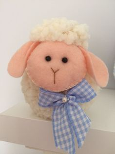 Lindas ovelhinhas , perfumadas com cheirinho de bebê, Confeccionadas em tecido pelúcia .  ideal para nascimento ,chá de bebê e batizado.  Opção com ou sem chaveiro.   Seguem embaladas individualmente em saquinhos transparente com fita de cetim e tag personalizada com o nome da criança.