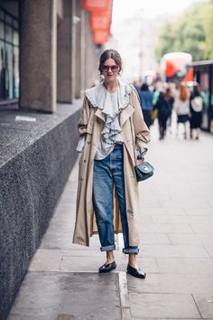 A Gucci Fanny Pack Proved to Be the 'It' Bag of London Fashion Week - Fashionista Look Fashion, Fashion Outfits, Womens Fashion, Fashion Design, Fashion Trends, Fashion Show Street Style, Gucci Fashion, Fashion Spring, Milan Fashion