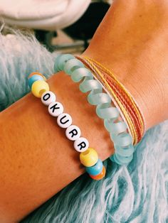 The function of wearing a bracelet might differ from embellishing one's body… - diy jewelry To Sell Ideen Pony Bead Bracelets, Kandi Bracelets, Beaded Braclets, Summer Bracelets, Cute Bracelets, Pony Beads, Friendship Bracelets, Bracelet Charms, Cute Jewelry
