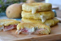 Focaccine di patate veloci con gorgonzola e speck Healthy Cooking, Cooking Recipes, Brunch, Good Food, Yummy Food, Food Design, Biscotti, Smoothie Recipes, Food Inspiration