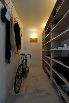「靴が多いので、靴を仕舞うスペースは玄関横にたっぷり確保しました」 正面に掛けてある草間彌生さんの額はなんと手ぬぐい。