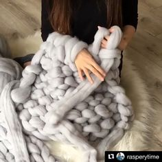 How to finish chunky knit blanket with arm knitting chunky knit blanket big cotton yarn tube yarn arm knitting merino wool yarn diy chunky blanket handmade chunky throw. Blanket With Arms, Knot Blanket, Chunky Blanket, Thick Yarn Blanket, Chunky Knit Throw Blanket, Blanket Crochet, Arm Knitting Merino Wool, Wool Yarn, Merino Wool Blanket