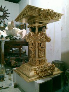 Atril tallado en madera de cedro y terminado en hoja de oro por Oscar Vieyra