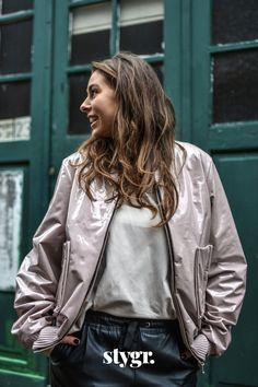 Latex heeft een reputatie en dan zeker in het zwart. Wij houden ervan! En vooral in deze variant, want de oudroze latex stof maakt dit bomberjack tot een vrouwelijk, sexy en stoere aanwinst voor iedere garderobe. Latex, Bomber Jacket, Leather Jacket, Pink, Jackets, Fashion, Cloakroom Basin, Studded Leather Jacket, Down Jackets