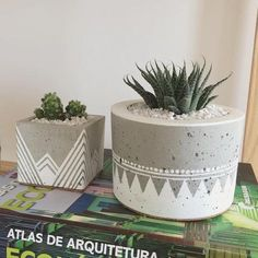 40 Suprising DIY Cement Projects Design Ideas – artmyideas – Keep up with the times. Concrete Crafts, Concrete Projects, Concrete Planters, Diy Planters, Painted Flower Pots, Painted Pots, Diy Projects List, Project List, Eco Deco