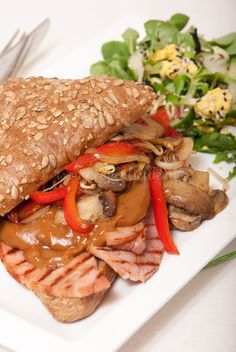 Mieks Special: broodje warm vlees Breakfast Lunch Dinner, Dessert For Dinner, Vegan Breakfast Recipes, Healthy Recipes, Perfect Grilled Cheese, Best Burger Recipe, Sandwich Recipes, Seafood Diet, Lunch Snacks