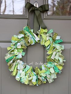 Even if you have no craft skills whatsoever, you can make this wreath (we promise). #diy #crafts #stpatricksday