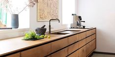 Inspírate en estas cocinas con muebles de madera para darle un aire cálido a tu espacio.#CocinasModernas #CocinasActuales No hay nada más acogedor, cálido y chic que una cocina revestida en madera. Con las antiguas vigas descubiertas, fondo blanco y rústico… o bien con modernos revestimientos pulidos que la vuelven actual. Así son las opciones más elegantes para redecorar tu cocina de arriba a abajo bajo la magia de la madera.