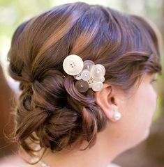 buttons as hair accessories, I want 100 of these, I want to have a CRAFT party!!!