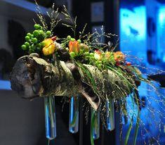 Flesjesarrangement stronk op sokkel 17 juni – Bloemschikkenroosendaal 17 Juni, New Green, Floral Design, Projects, Crafts, Food, Craft Ideas, Events, Flowers
