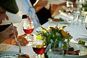 El vino se sirve por el lado derecho del comensal. Los secretos del protocolo, las relaciones públicas y la publicidad. Barquero, J.D., Fernández Sánchez, L.F.