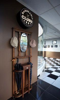 Na entrada da Barbearia Clube, em Curitiba (PR), clientes podem deixar boina, chapéu e guarda-chuva; empresa tem duas unidades na capital paranaense que faturam juntas cerca de R$ 100 mil por mês