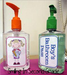 In plaats van een wcbordje: Een kind die naar wc gaat, neemt zeeppompje mee. Als het zeeppompje weg is, dan is wc bezet. Ideale manier dat de knd ook hun handen wassen!