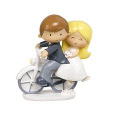 Bonita pareja de novios en bici. Ideal para regalar a una pareja de novios que se van a casar, para poner en lo alto de una tarta y  tenerlo de recuerdo para siempre. Medidas:15cm #sistersandco #sisterswatelier #muñecos #novios