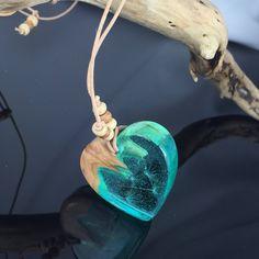 Ein persönlicher Favorit aus meinem Etsy-Shop https://www.etsy.com/de/listing/582360953/heart-wood-resin-necklackedandelionblue