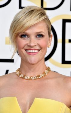 Reese Witherspoon's beautiful jewel necklace to match a dress of the same style.