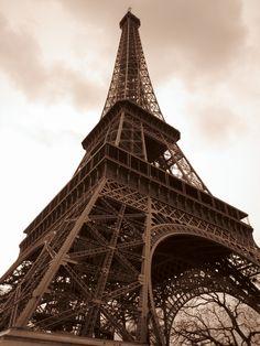 Der Eiffelturm in Paris! #photography #sepia #eiffeltower #paris #perspective