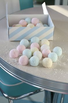 FLUFFY PASTEL COCONUT MARSHMALLOWS - Passion 4 baking :::GET INSPIRED::: Marshmallows, Liquorice Recipes, Coconut Decoration, Biscuits Roses, Meringue Pavlova, Sweet Cooking, Coconut Cookies, Wedding Cookies, Shredded Coconut