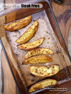 This is a super simple way to make perfectly crispy and perfectly seasoned oven fries. I could eat nothing but these for days … I kind of did, having them for dinner one night and then breakf… Oven Baked Steak, Steak In Oven, Fries In The Oven, Side Dish Recipes, Dinner Recipes, Drink Recipes, Potato Recipes, Vegetable Recipes, French Fries Recipe