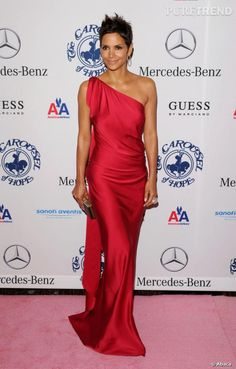 Halle Berry en robe Yves Saint Laurent Pre-Fall 2010.