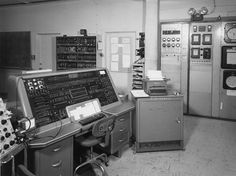 Univac 1 makes its appearance on June 1951 in Philadelpia. It was the world's first commercial electronic computer. Old Technology, Science And Technology, The Weather Man, Office Automation, Retro Radios, Computers, History, June, Cyberpunk