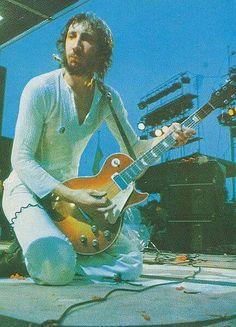 Pete Townshend at Woodstock 1969 Woodstock Music, Woodstock Festival, Rock N Roll Music, Rock And Roll, Steve Winwood, Pete Townshend, Estilo Hippie, Old Rock, Happy Hippie