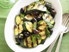 Zucchini vom Grill mit Oliven ist ein Rezept mit frischen Zutaten aus der Kategorie Fruchtgemüse. Probieren Sie dieses und weitere Rezepte von EAT SMARTER!